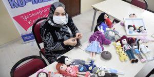 23 yıllık evlat özlemini çocuklara oyuncak örerek gidermeye çalışıyor