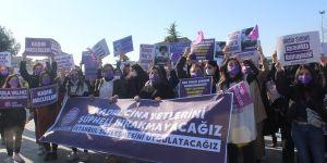 Gebze Kadın Meclisi Kadınlar Günü nedeniyle Gebze Kent Meydanı'nda bir araya geldi.