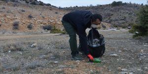 Gönüllü olarak doğadan çöp toplayan akademisyen çevresine örnek oluyor