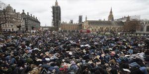 Londra'da kadın cinayetini anma törenine polis müdahalesi protesto edildi