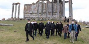 Gençlik ve Spor Bakanı Kasapoğlu, Aizanoi Antik Kenti ve Murat Dağı'nı ziyaret etti