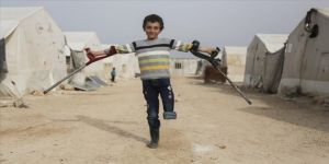 Esed rejiminin sakat bıraktığı 10 yaşındaki İdlibli Muhammed bomba seslerinin korkusuyla yaşıyor