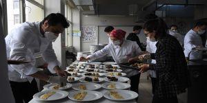 Uluslararası öğrenciler özlem duydukları 'anne yemekleri' için arkadaşlarıyla mutfağa girdi