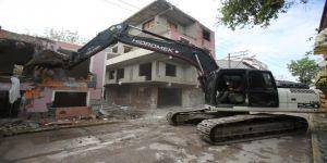 Kocaeli'de, hasarlı binaların yıkımına başlandı