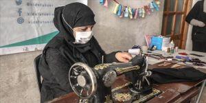 İdlibli gönüllü terzilerin onardığı ikinci el kıyafetler kamplara sığınan çocuklara bayramlık oluyor