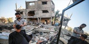 Gazze'de Filistinli berber mesleğini enkazın üzerinde icra ediyor