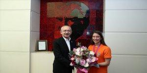 CHP Genel Başkanı Kılıçdaroğlu dünya şampiyonu milli cimnastikçi Ayşe Begüm Onbaşı'yı kabul etti