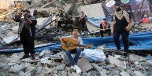 Gazze'de, İsrail saldırılarında yıkılan Hanadi binasının enkazı üzerinde konser verildi