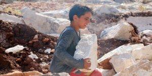 İdlibli küçük İbrahim ağabeyiyle taş kırarak ailesini geçindirmeye çalışıyor