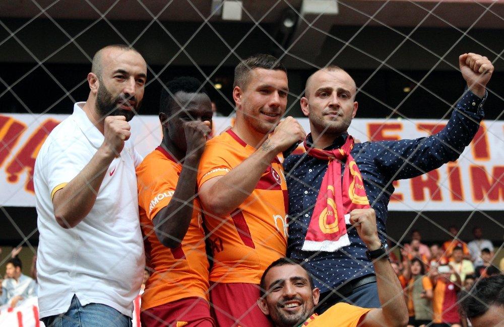 Galatasaray'dan ayrılan Podolski'den giderayak Volkan Demirel'e gönderme