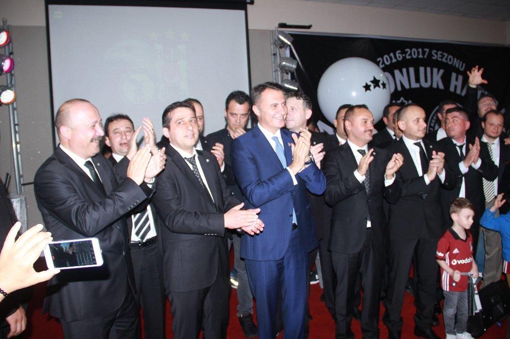 Beşiktaş'ın şampiyonluk kupasını şehidin mezarına götürdüler