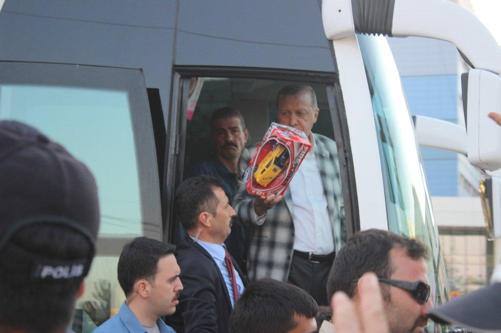 Cumhurbaşkanı Erdoğan'dan Çocuklara Oyuncak