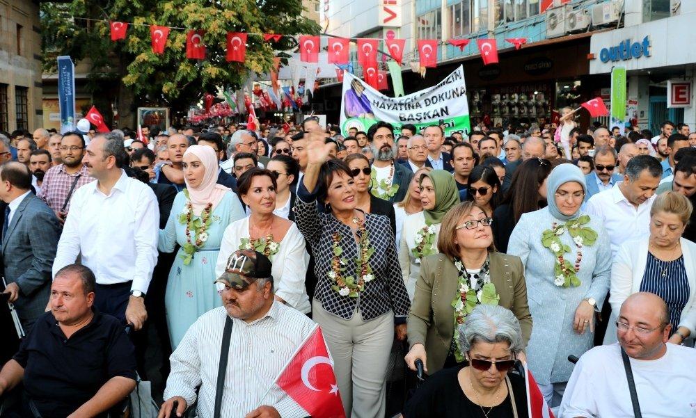 Adalet Bakanı Gül Ve Ünlü Sanatçılar Antep Fıstığı İçin Yürüdü