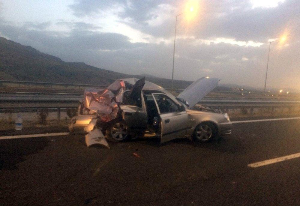 Tırın Çarptığı Otomobil Hurdaya Döndü: 1 Ölü, 4 Yaralı