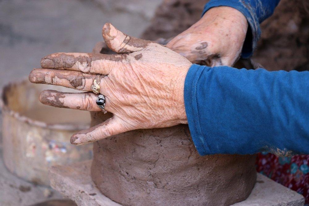 Toprak Kadınların Ellerinde Şekil Buluyor