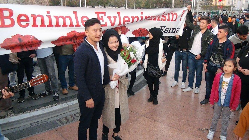 Taksim Meydanı'nda Pankartlı, Müzikli Evlenme Teklifi