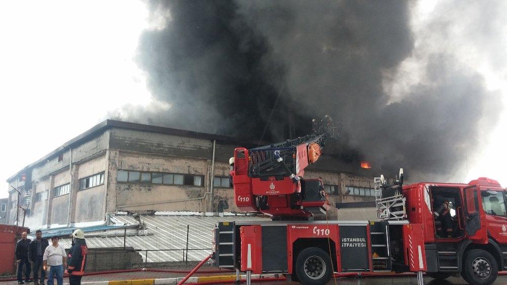 İstanbul'daki Fabrika Yangını Söndürüldü