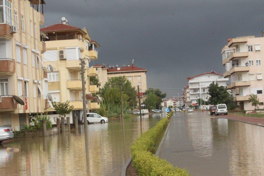 Manavgat'ta Ev Ve İş Yerlerini Su Bastı, Bazı Yollar Trafiğe Kapandı