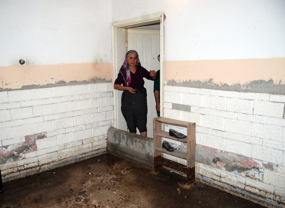 Mersin'de Evler Sular Altında Kaldı