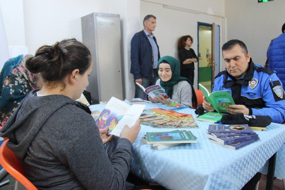 Polisler Ve İşitme Engelli Öğrenciler Birlikte Kitap Okudu