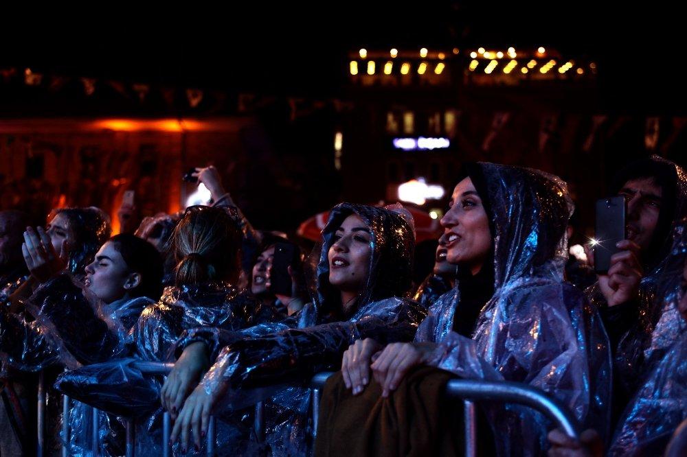 Volkan Konak Yağmur Altında Konser Verdi