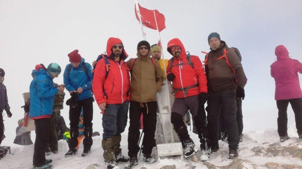 Bursalı Dağcılar Kar Yağınca Soluğu Zirvede Aldı
