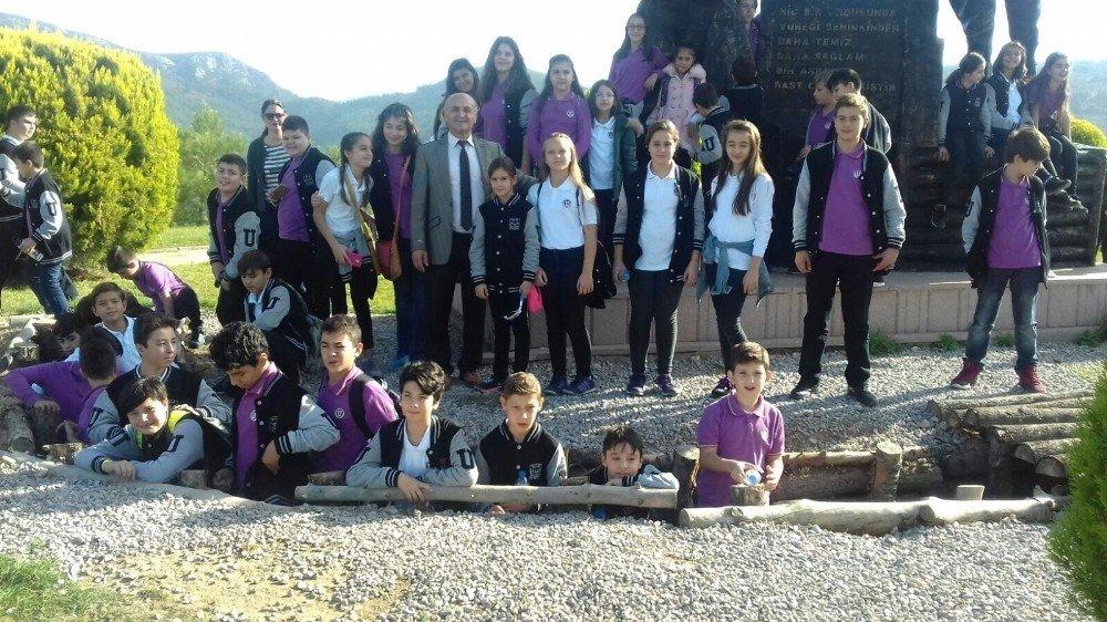 Burhaniye'de Öğrenciler Kocaseyit Anıt Mezarını Ziyaret Etti