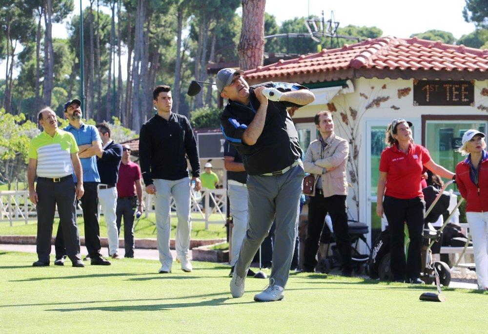 Bakan Çavuşoğlu Golf Turnuvasında Mücadele Ediyor