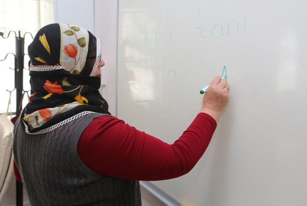 Nilüfer Belediyesi'nden Kadınlara Okuma Ve Yazma Kursu