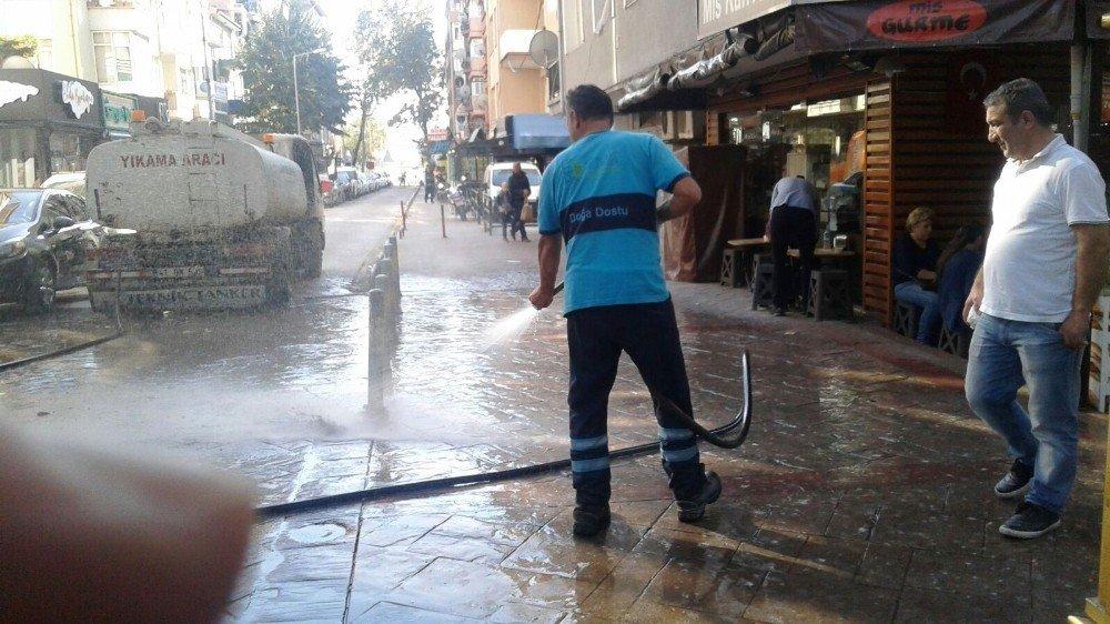 İzmit'in Yolları Tazyikli Su İle Yıkanıyor