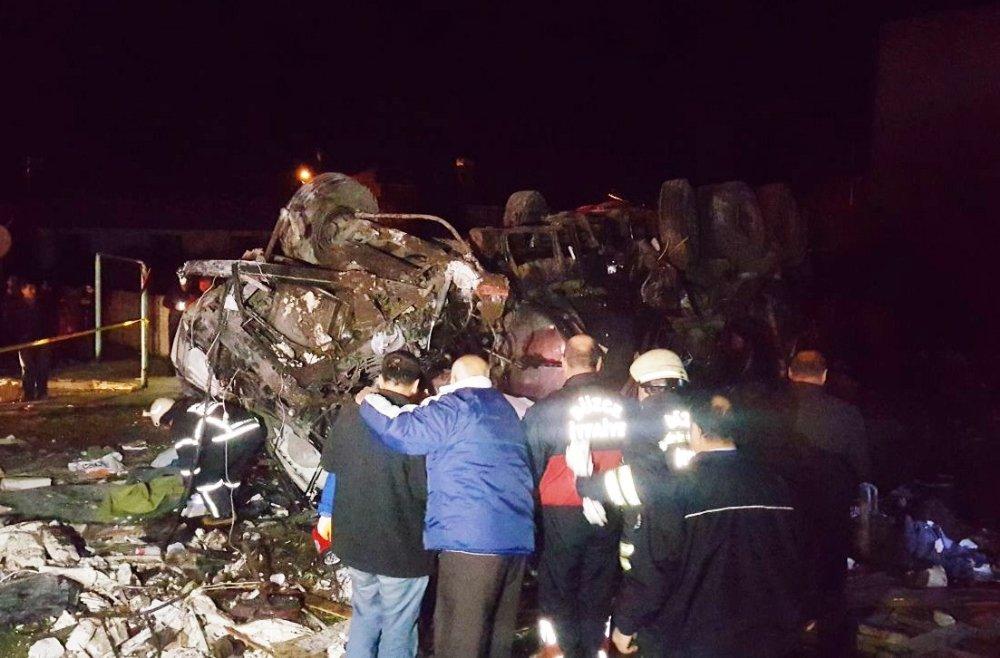 Freni Patlayan Tanker Otomobilleri Biçti: 2 Ölü, 4 Yaralı