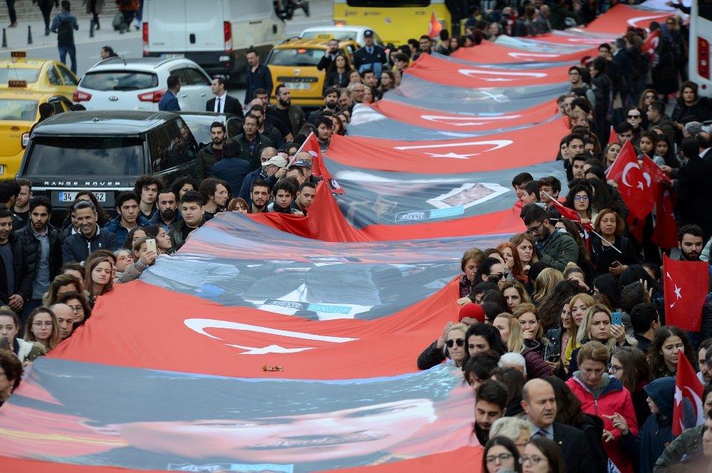Atatürk Dolmabahçe'de Gözyaşlarıyla Anıldı