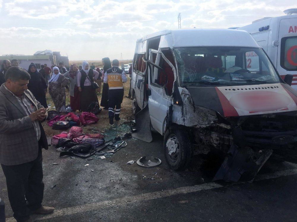Öğrenci Servisi İle Otomobil Çarpıştı: 11 Yaralı