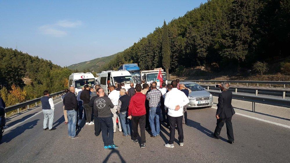 Servis Şoförleri Manisa-izmir Yolunu Trafiğe Kapattı