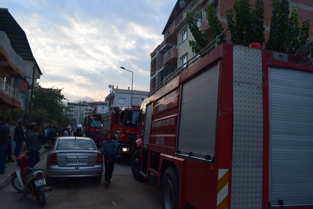 4 Katlı Binada Çıkan Yangın Korkuttu