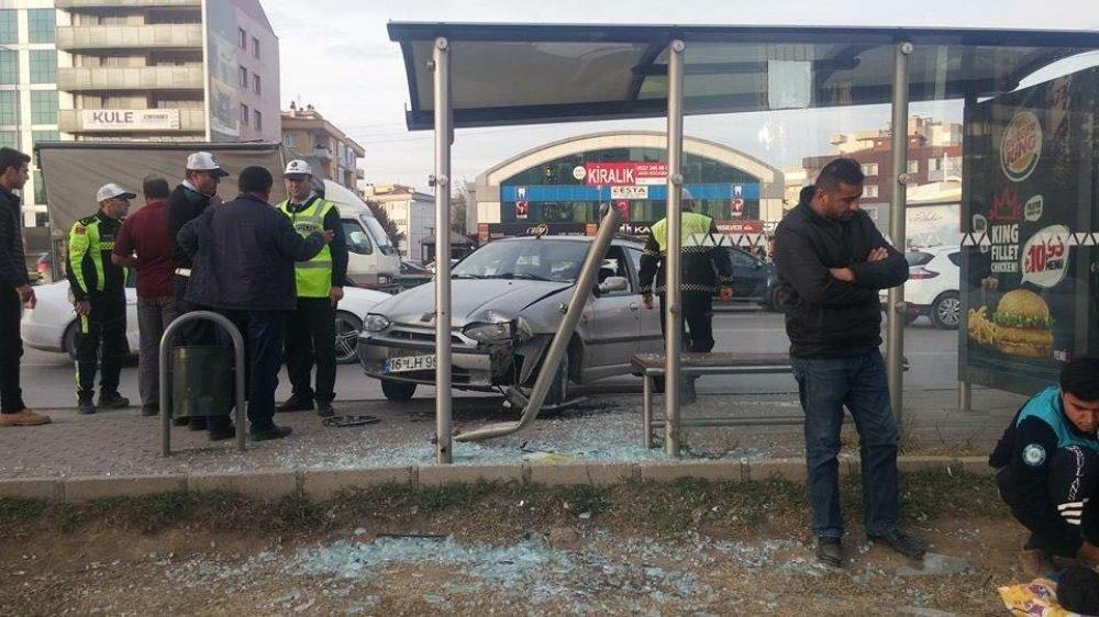 Otomobil Otobüs Durağına Daldı: 2 Yaralı