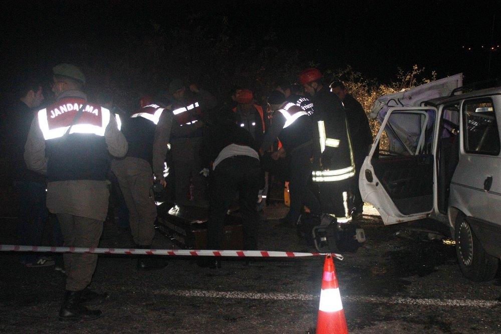 İki Otomobil Birbirine Girdi: 4 Ölü, 4 Yaralı