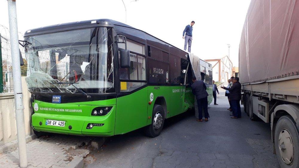 Tır İle Halk Otobüsü Çarpıştı: 10 Yaralı