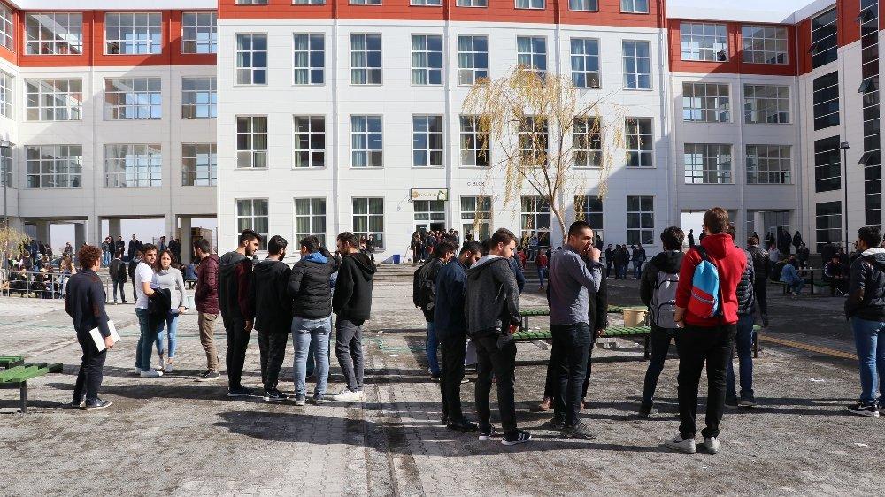 Üniversitede İki Öğrenci Gurubu Arasında Kavga