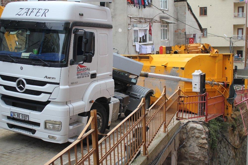 İstanbul'da Hafriyat Kamyonu Devrildi, Faciadan Dönüldü