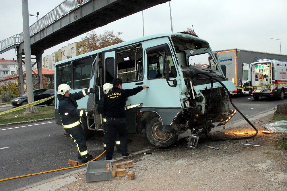 Minibüs Köprüye Girdi: 1 Ölü, 2 Yaralı