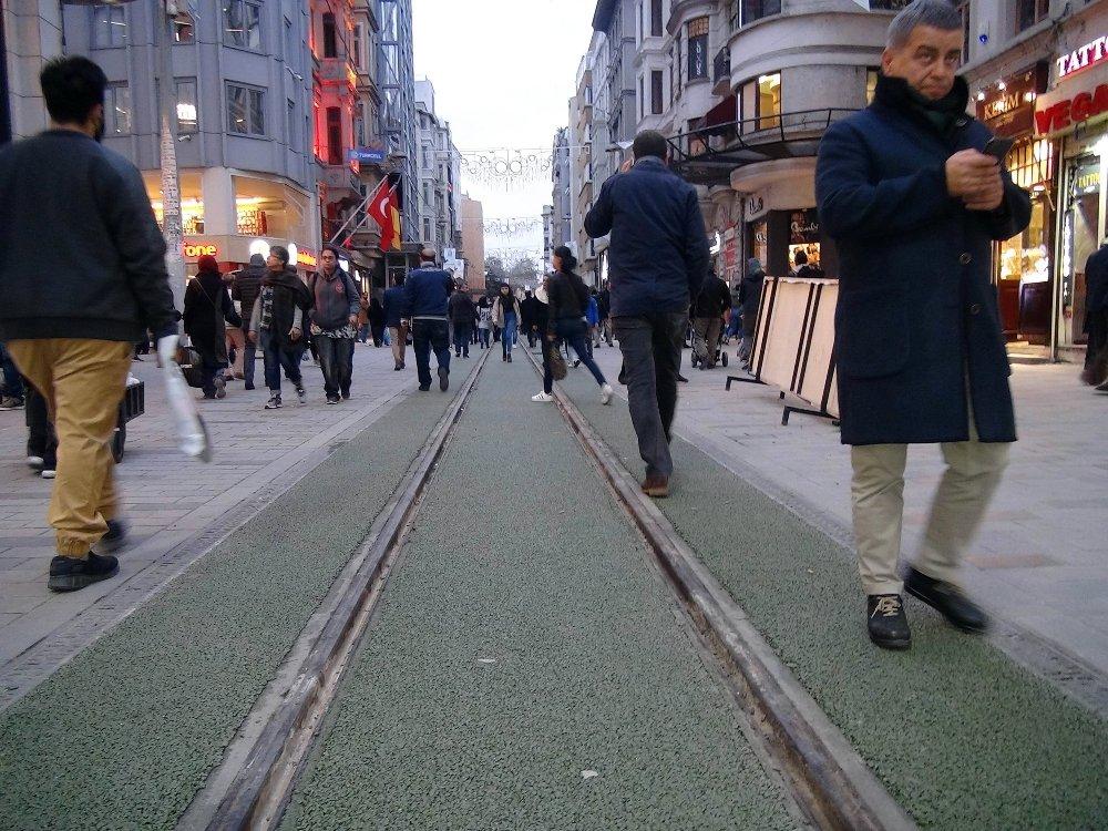 İstiklal Caddesi'ndeki Tramvay Yoluna Yeşil Çuha