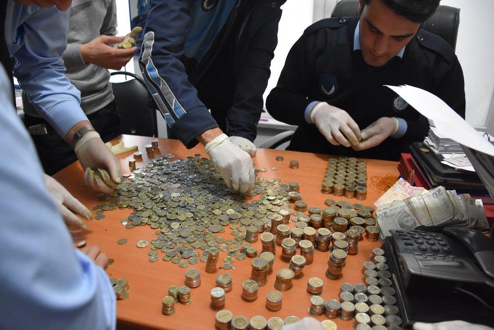 Dilencinin Üzerinden Binlerce Madeni Para Çıktı