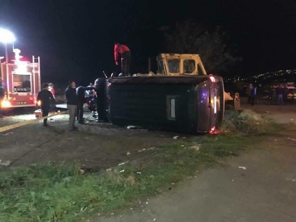 Koruma Ekibindeki Köpekleri Taşıyan Minibüs Kaza Yaptı