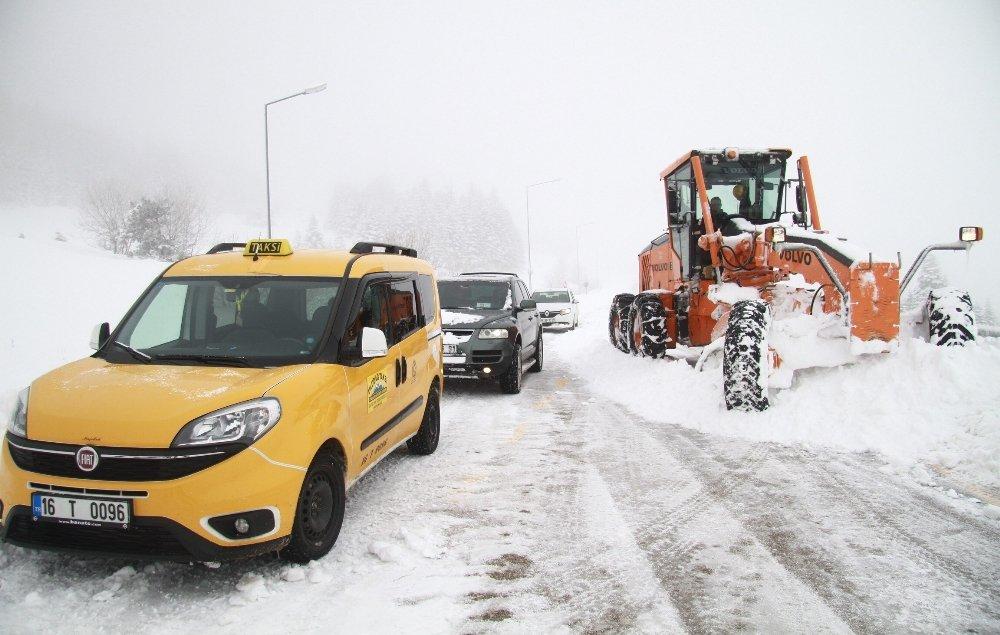 Kar Kalınlığı 1 Metreye Ulaştı, Araçlar Yolda Kaldı
