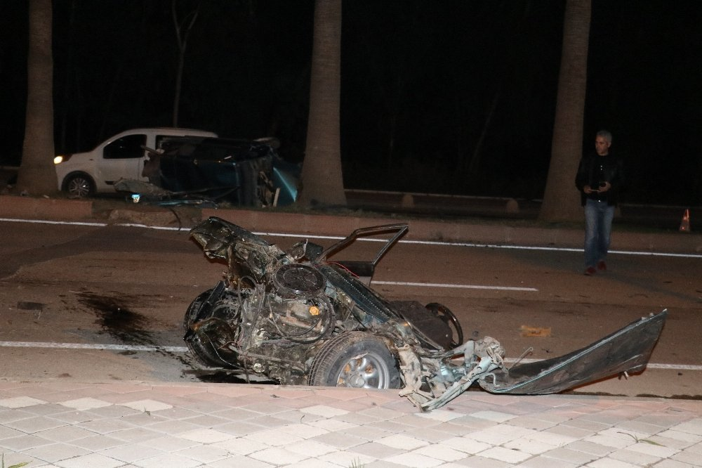 Ağaca Çarpan Araç İkiye Ayrıldı: 5 Yaralı