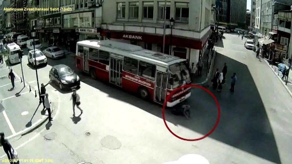 Az Kalsın Otobüsün Altında Kalıyordu