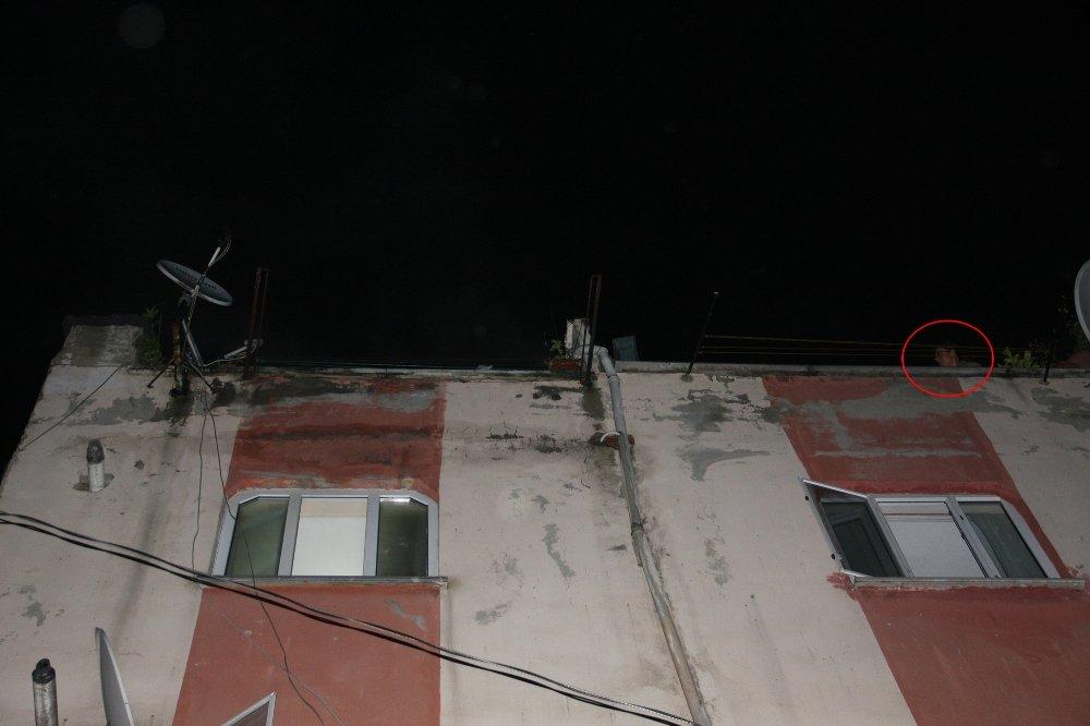 Beyoğlu'nda Korkutan Yangın: Çatıya Çıktılar