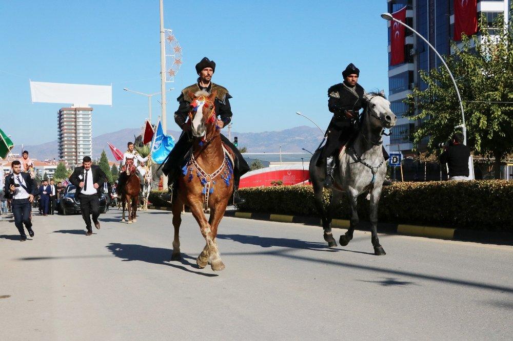 Atlarla Karşılandı, 'Teber' Hediye Edildi