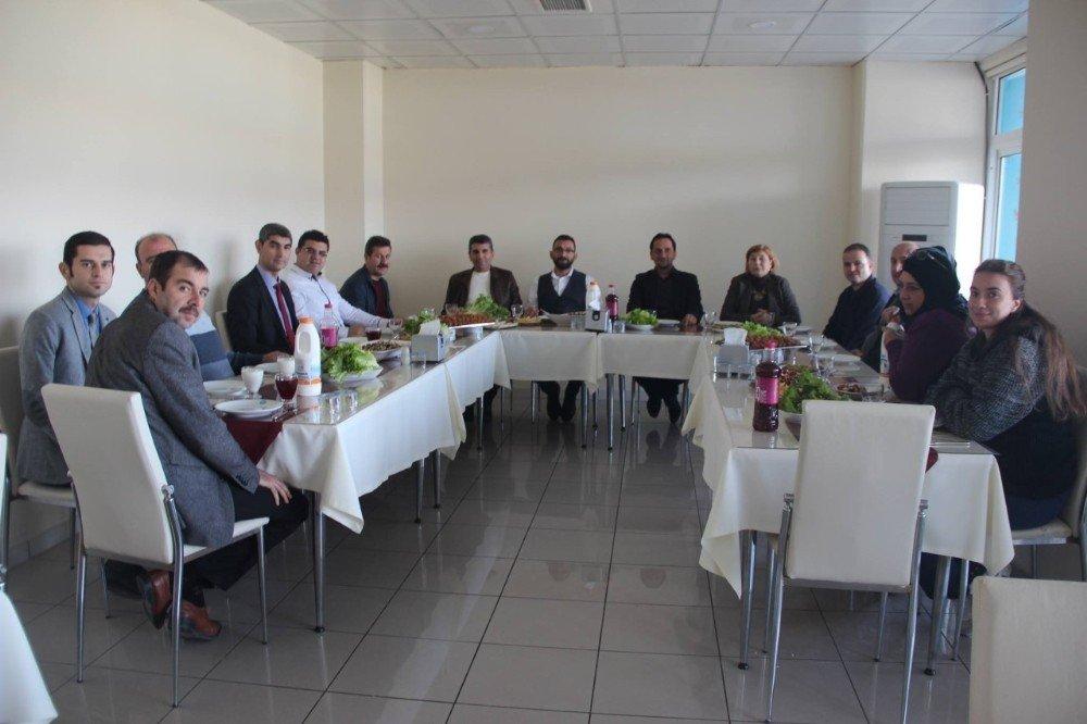 Burhaniye'de Akademisyenler Çiğ Köfte Partisinde Buluştu